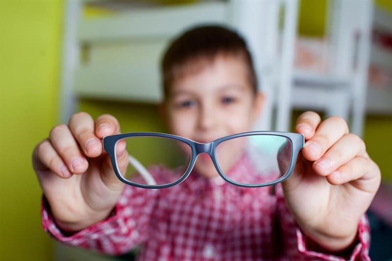 Cận thị tuy không nguy hiểm nhưng ảnh hưởng đến tương lai của con